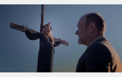 Sinikka (Iina Kuustonen) ja apteekkari (Tomi Salmela). Kuva: Solar Films Inc. Oy / Marek Sabokal.