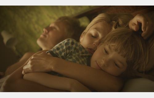 Isä (Samuli Edelmann), äiti (Matleena Kuusniemi) ja Pete (Olavi Angervo). Kuva: Solar Films Inc. Oy.