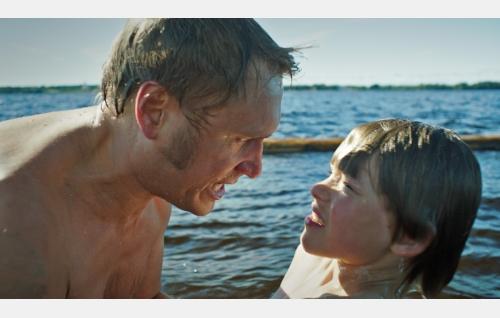 Isä (Samuli Edelmann) ja Pete (Olavi Angervo). Kuva: Solar Films Inc. Oy.