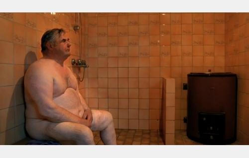 Juuso-karhun toveri saunassa. Kuva: Oktober Oy.