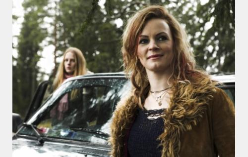Eve (Minna Haapkylä) ja Ninni (Kaneli Johansson, taustalla).