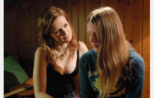 Äiti ja tytär, Eve (Minna Haapkylä) ja Ninni (Kaneli Johansson).