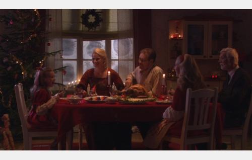 Perhe viettämässä joulua.