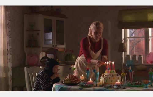 Äiti (Laura Malmivaara) valmistelee Murun (Ronja Arvilommi) synttäreitä.