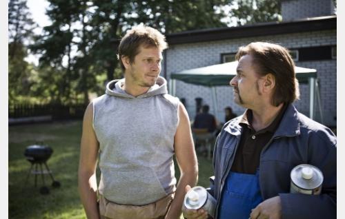 Asuntolan johtaja Pate Majander (Kari-Pekka Toivonen) ja Siirin isä (Heikki Hela). Kuva: Meguru Production.