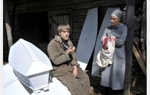 Eino (Joonas Saartamo) ja Jaana (Terhi Suorlahti) kaatuneitten evakuointikeskuksessa. Kuva: Cine Works Koskinen & Rossi Oy.