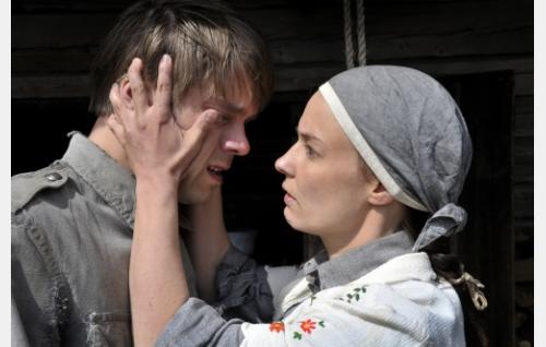 Eino (Joonas Saartamo) ja Jaana (Terhi Suorlahti). Kuva: Cine Works Koskinen & Rossi Oy.