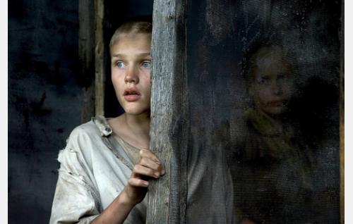 Poika (Vitali Bobrov) ja äiti (Emilia Ikäheimo).
