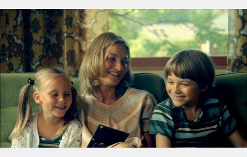Suvi (Milja Tuunainen), äiti (Matleena Kuusniemi) ja Pete (Olavi Angervo). Kuva: Solar Films Inc. Oy.
