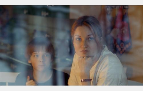 Pete (Olavi Angervo) ja äiti (Matleena Kuusniemi). Kuva: Solar Films Inc. Oy.