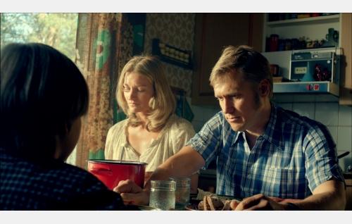 Äiti (Matleena Kuusniemi), isä (Samuli Edelmann) ja Pete (Olavi Angervo, selin). Kuva: Solar Films Inc. Oy.