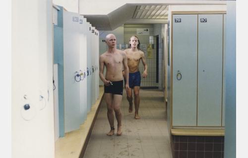 Rude (Hannu Hurme) ja Sami (Julius Lavonen) uimahallissa.