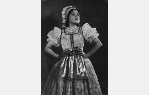 tanssijatar Sabina Tamm (Tuulikki Paananen)