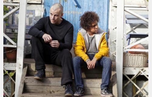 Teppo (Peter Franzén) ja Rhamadhani (Yusufa Sidibeh). Kuva: Jaana Rannikko © Helsinki-filmi Oy.