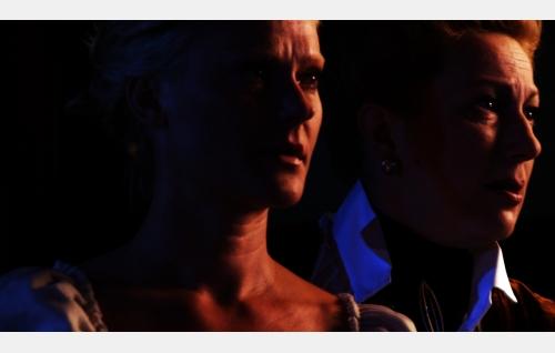 Aino (Pirjo Lonka) ja Doris (Tanjalotta Räikkä). Kuva: Seppä Callahanin Filmimaailma Oy.