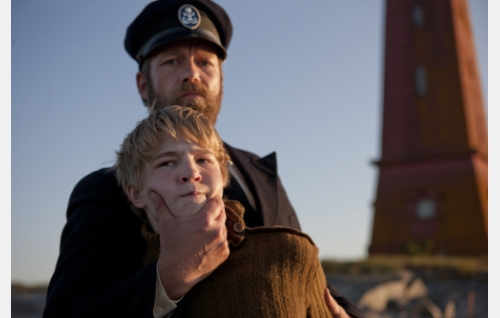 Isä (Niklas Groundstroem) ja poika (Patrik Kumpulainen). Kuva: Långfilm Productions Finland Oy.