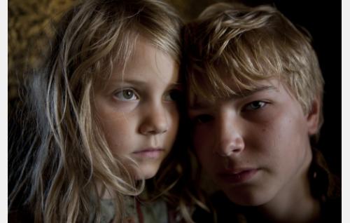 Sisarukset Emma (Ping Mon Wallén) ja Gustaf (Patrik Kumpulainen). Kuva: Långfilm Productions Finland Oy.