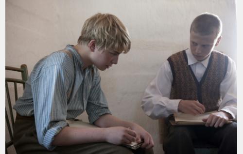 Gustaf (Patrik Kumpulainen) ja Karl (Erik Lönngren). Kuva: Långfilm Productions Finland Oy.