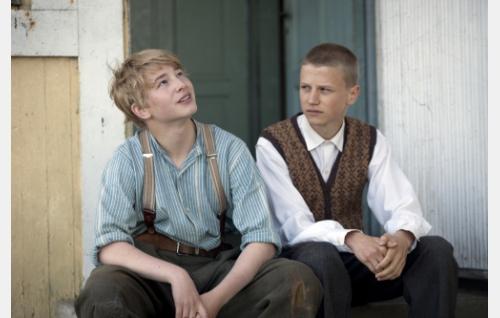 Gustaf Hasselbond (Patrik Kumpulainen) ja Karl Berg (Erik Lönngren). Kuva: Långfilm Productions Finland Oy.