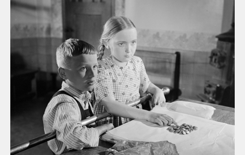 Stiina Berg lapsena (Suvi Soila) ja Vesa Kamppi lapsena (Orvo Kalevi).