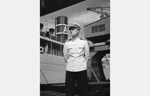 Martti Berg, merikapteeni (Tauno Majuri).