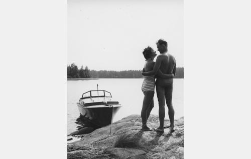 Bussiemäntä (Aila Pilvessalo) ja lasitaiteilija (Jussi Jurkka) lomalla.