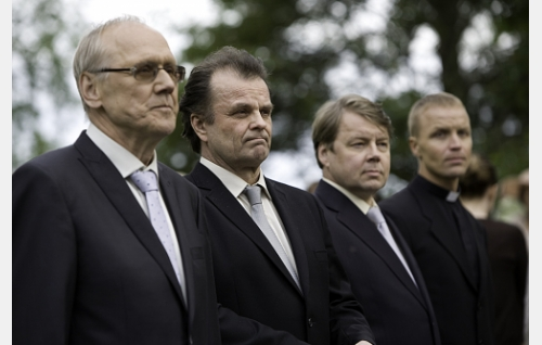 Saarnamiehet (Heikki Nousiainen, Tapio Liinoja, Teemu Ojanne) ja pappi (Jani Volanen).