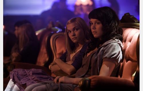 Raakel (Marjut Maristo) ja Maria (Amanda Pilke).