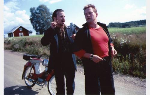 Rebecca soi, kun Mankka-Arvi (Peter Franzén) kohtaa kylätiellä Ranen (Puntti Valtonen). Mopo on Øglænd Sport.