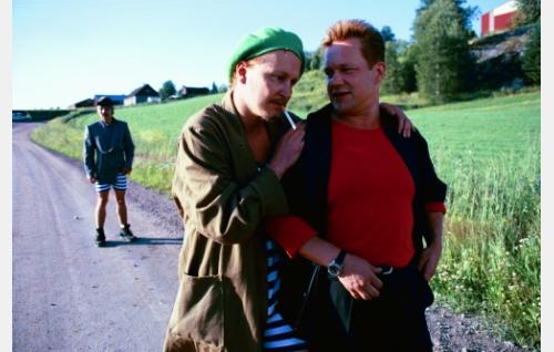 Kotikyläänsä palannut Rane (Puntti Valtonen, oik.) ja Perälän veljekset: Joppe (Janne Reinikainen) ja Retu (Tommi Eronen, taustalla).
