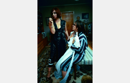 Ella (Sanna-Kaisa Palo) kertoo mieskokemuksistaan hääpukua sovittavalle Rebekalle (Lotta Lehtikari).