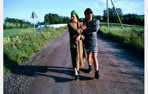 Perälän veljekset, Joppe (Janne Reinikainen) ja viinasta sokeutunut Retu (Tommi Eronen).