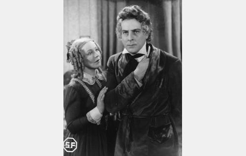 Nina Pacius (Aino Lohikoski) ja Fredrik Pacius (Thure Bahne).