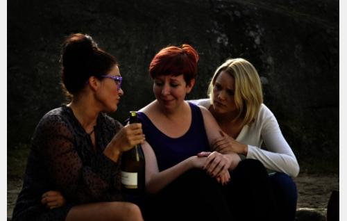 Elli (Inka Kallén), Paula (Jenni Kokander) ja Hanna (Anna-Maija Tuokko). Kuva: Johanna Onnismaa.