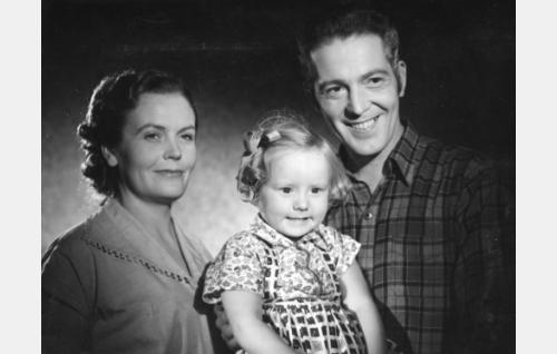 Helena (Irma Seikkula) ja Jari Junkkeri (Erkki Viljos) sekä heidän nuorin lapsensa Päivi (Sirkka Saarnio).