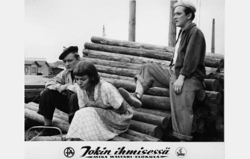 Toverukset Kauko (Jussi Jurkka, vas.) ja Hanski (Leo Jokela) satuttavat Osmia (Anneli Sauli).