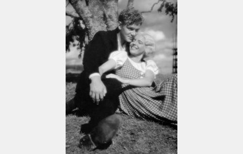Jaakko (Unto Salminen) ja Katri (Henny Waljus).