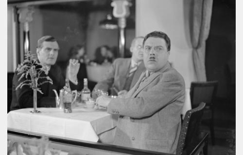 """vas. tuomari Kaarle Kristian Soratie, ent. Carl Christian Sanmark, """"Kalle"""" (Tauno Palo) ja toimittaja Purtiainen (Hugo Hytönen)"""