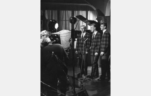 Lauluyhtye Jokerit. Kameran takana Esko Töyri.