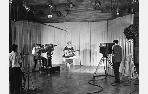 Maynie Sirén esiintyy TES-TV:n studiossa.