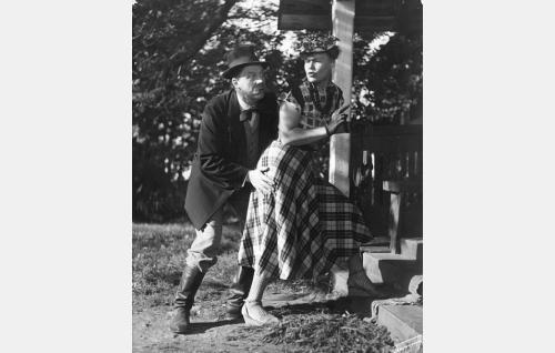 Peräkylän profeetta ja hekemooni Eernesti Lutvikki Apsalon Juntukainen (Jalmari Rinne) ja hänen morsiamensa tivolitaiteilija  Josefiina Pakarinen (Elsa Turakainen).