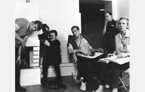 Kuvaustilanne: vasemmalta kuvaaja Kari Sohlberg, B-kuvaaja Heikki Katajisto, ohjaaja Jörn Donner, tunnistamaton ja kuvaussihteeri Inga-Lisa Britz.