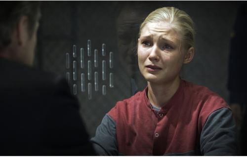 Adan isä (Taneli Mäkelä, selin) tapaamassa tytärtään (Elli Vallinoja) vankilassa. Kuva: Jami Granström.