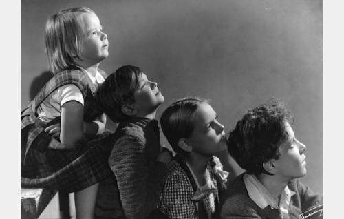 Pikku-Annika, Birger Kortman, Ritva-Leena ja Veli-Matti.