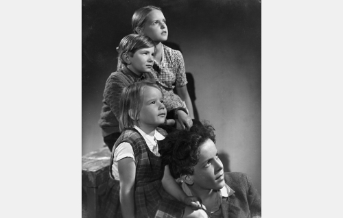 Elokuvan lapsinäyttelijöitä, ylhäältä alas Kaarina Mäenpää (Ritva-Leena), Seppo  Mäenpää (Birger Kortman), Irmeli Lehtinen (Pikku-Annika) ja Jukka Lehtinen (Veli-Matti).