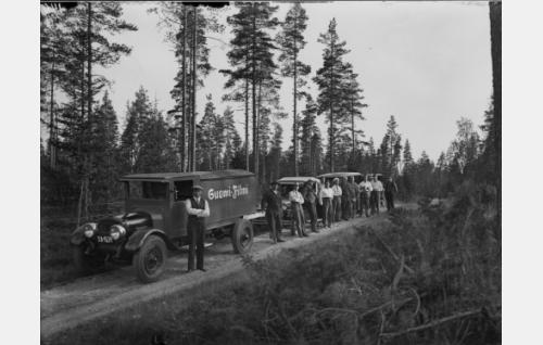 Suomi-Filmin kuvausautokaravaani Hollolassa. Toisena oikealta Pyhäniemen kartanon isäntä agronomi Paavo Pätiälä.