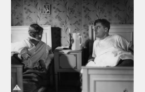 """Alli (Elsa Segerberg) on tarjonnut kylmettyneelle """"Esterille"""" (Joel Rinne) yösijan huoneessaan."""