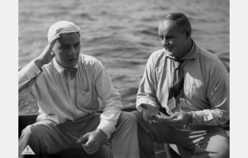 Ystävykset Himanen (Joel Rinne) ja luutnantti Paavo Kehkonen (Yrjö Tuominen) lomailevat.