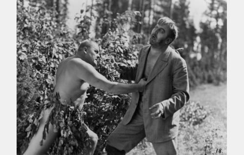 Luutnantti Kehkonen (Yrjö Tuominen) tyrmää puukolla uhanneen vankikarkuri Vikströmin (Uuno Montonen). Joel Rinne