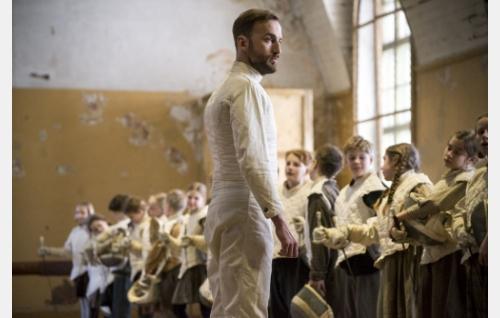Endel (Märt Avandi) ja oppilaat. Kuva: Tuomo Manninen.